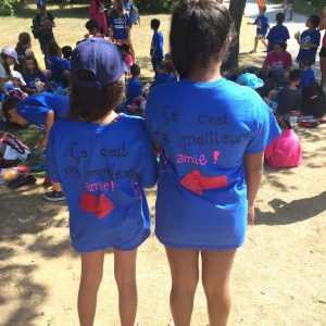 """Two campers each wearing t-shirts that say """"Ca c'est ma meilleure amie!"""""""
